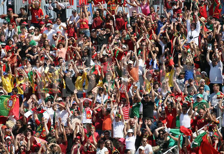 Fussball International U 20 WM  Portugal-Neuseeland Die Zuschauer im National-Soccer-Stadion machen die Laola-Welle.