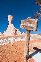Sign marking way to Queens Garden trail, Bryce Canyon national park, Utah, USA