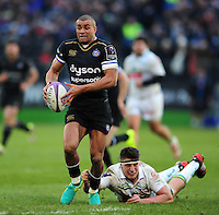 Jonathan Joseph of Bath Rugby goes on the attack. European Rugby Challenge Cup match, between Bath Rugby and Pau (Section Paloise) on January 21, 2017 at the Recreation Ground in Bath, England. Photo by: Patrick Khachfe / Onside Images