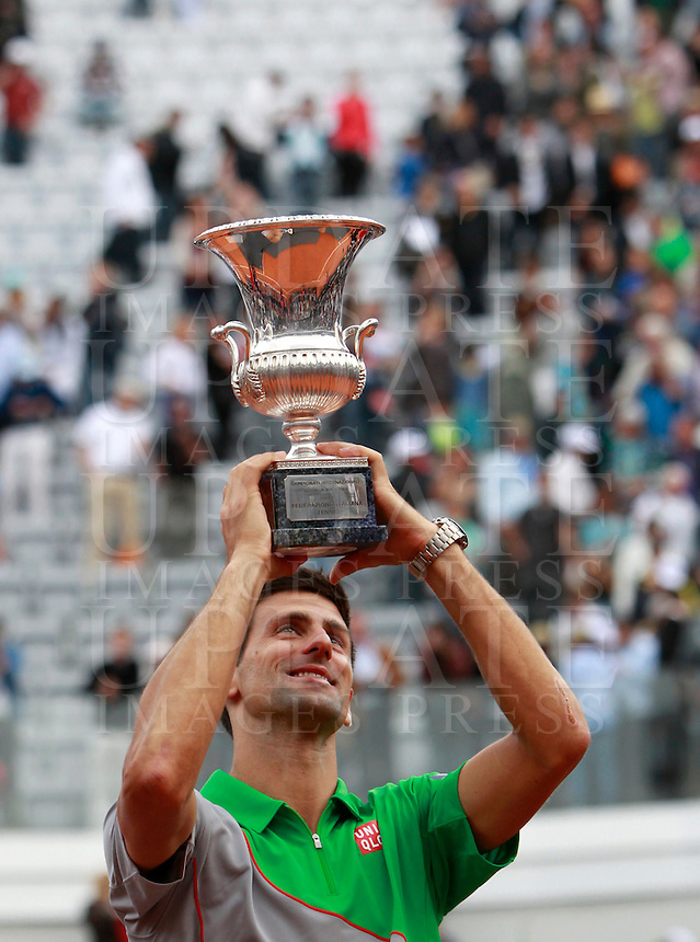 Il serbo Novak Djokovic posa col trofeo dopo aver vinto la finale maschile degli Internazionali d'Italia di tennis a Roma, 18 maggio 2014.<br /> Serbia's Novak Djokovic poses with the trophy after winning the men's final match of the Italian open tennis tournament, in Rome, 18 May 2014.<br /> UPDATE IMAGES PRESS/Isabella Bonotto