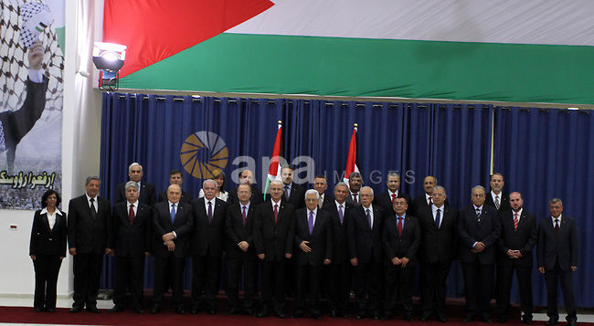 Palestinian President Mahmoud Abbas and ministers of reshuffled government pose for a family photo following the oath ceremony in the West Bank city of Ramallah, 06 June 2013. Rami Hamdallah and 24 ministers on 06 June took the oath before President Abbas who chose the 54-year-old academic for the post after Salam Fayyad resigned in April. Photo by Issam Rimawi