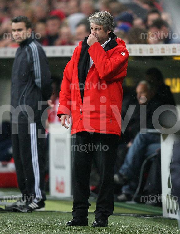 Fussball Bundesliga 13. Bundesliga  FC Bayern Muenchen 2-1 VfB Stuttgart VfB Trainer Armin Veh greift sich an die Nase