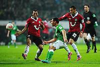 FUSSBALL   1. BUNDESLIGA   SAISON 2012/2013    20. SPIELTAG SV Werder Bremen - Hannover 96                           01.02.2013 Oezkan Yildirim (Mitte, SV Werder Bremen) spielt die Vorlage zum Tor zum 2:0. Sergio Pinto (li) und Deniz Kadah (re, beide Hannover) kommen zu spaet