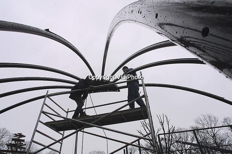 Foto: VidiPhoto..RHENEN - In Ouwehands Dierenpark in Rhenen wordt hard gewerkt aan de bouw van een stuk Latijns-Amerikaans oerwoud. De nieuwe attractie Urucu wordt het onderkomen voor onder meer papegaaien, ibissen, slangen en kaaimannen. Half april kunnen de eerste bezoekers rondlopen in het 3 miljoen gulden kostende project. Eind mei is het oerwoud helemaal klaar. Foto: De stalen koepelconstructie van Urucu wordt op dit moment in elkaar gezet.