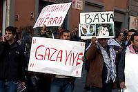 Roma 17 Gennaio 2009.Manifestazione  Contro l'attacco di Israele alla striscia di Gaza..Demonstration against the attack of Israel to the Gaza Strip.The banner reads: Gaza lives.