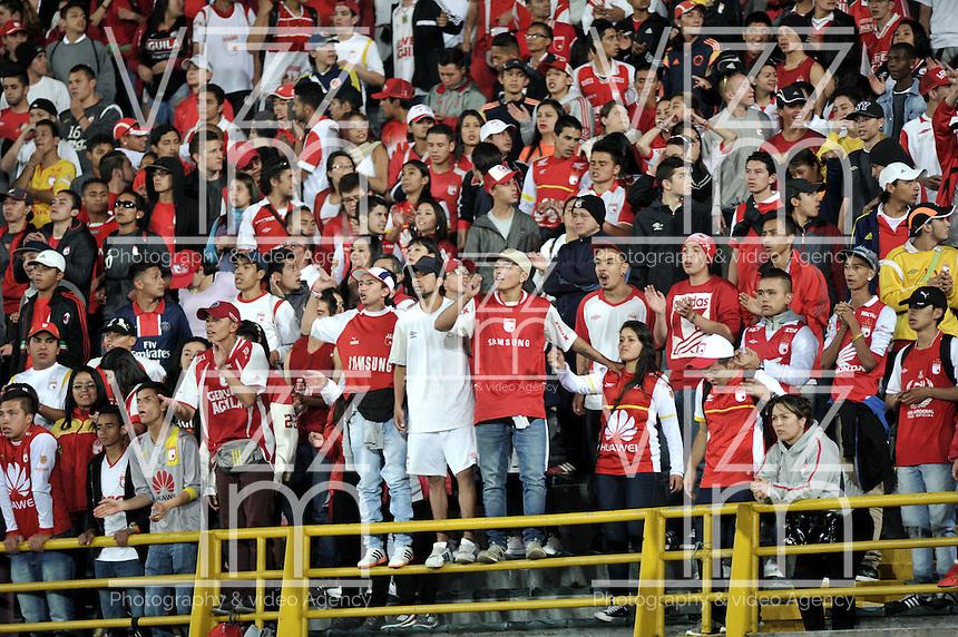 BOGOTA - COLOMBIA - 23-03-2016: Hinchas de Independiente Santa Fe, animan a su equipo durante partido aplazado por la fecha 4 entre Independiente Santa Fe y Atletico Junior, de la Liga Aguila I-2016, en el estadio Nemesio Camacho El Campin de la ciudad de Bogota./ Fans Independiente Santa Fe, cheer for their team during a postponed match of the date 4 between Independiente Santa Fe and Atletico Junior, for the Liga Aguila I -2016 at the Nemesio Camacho El Campin Stadium in Bogota city, Photo: VizzorImage / Luis Ramirez / Staff.