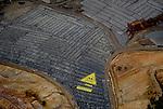 """En el vertedero de Nerva, en Huelva se almacenan residuos tóxicos procedentes de Italia, el traslado se realiza incumpliendo la normativa europea, se investiga en Italia un posible soborno a un representante del Ministerio de Medio Ambiente en ese país y un posible cambio de los códigos de los residuos para """"facilitar"""" las gestiones... De la zona industrial de Milán (Pioltello-Ródano), han llegado al vertedero de Nerva, en Huelva, 25.000 toneladas de residuos peligrosos. En marzo, Greenpeace documentó como estos residuos no tenían el tratamiento previo requerido. Tanto la Junta de Andalucía, como la Comisión Europea está al tanto del caso. Greenpeace exige a las administraciones competentes que no eximan su responsabilidad de control. Este caso aún se encuentra sin resolver. El vertedero de Nerva que explota la empresa Befesa (Abengoa) es conocido por su incorrecta gestión. Sucesivos incidentes obligaron este verano a cerrar la instalación cautelarmente, y a ser investigada por el Seprona. In the landfill of Nerva, Huelva are stored toxic waste from Italy, the transfer is done in breach of European legislation, Italy is investigating a possible bribe to a representative of the Ministry of Environment in these country and a possible change of codes waste to """"facilitate"""" the negotiations ... Industrial area of Milan (Pioltello-Rhone), have reached the dump Nerva, Huelva, 25,000 tons of hazardous waste. In March, Greenpeace documented how these residues did not have previous treatment like it was needing. Both the Government of Andalusia, as the European Commission is aware of the case. Greenpeace demands that the competent authorities do not waive your responsibility to control. This case is still unsolved. The Nerva landfill that exploits the company Befesa (Abengoa) is known for its incorrect management. Successive incidents forced this summer to close the facility as a precautionary measure, and to be investigated by the Seprona"""