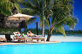Figurants se relaxant devant la piscine de l'hôtel Le Méridien de l'Ile des Pins, baie d'Oro, Nouvelle-Calédonie