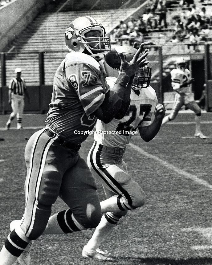 Oakland Invaders tight end Raymond Chester hauls in pass, Los Angeles Express defender Mike Fox.<br />