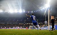 FUSSBALL   1. BUNDESLIGA    SAISON 2012/2013    14. Spieltag   Hamburger SV - FC Schalke 04                               27.11.2012 Jefferson Farfan (FC Schalke 04) fuehrt eine Ecke aus
