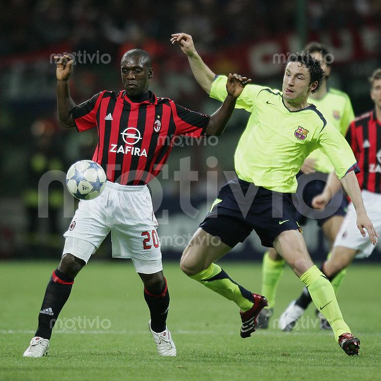 FUSSBALL Champions League 2005/2006 Halbfinal Hinspiel AC Mailand 0-1 FC Barcelona Clarence Seedorf (AC,li) gegen Mark Van Bommel (FC B)