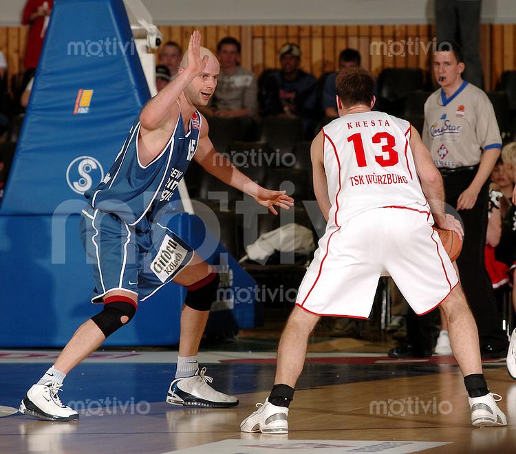 Basketball Herren, BBL 1.Bundesliga 2003/2004, Carl-Diem Halle Wuerzburg (Germany) TSK Wuerzburg - RheinEnergie Koeln (66:76) links Geert Hammink (Koeln) , rechts Ivo Kresta (Wuerzburg) am Ball