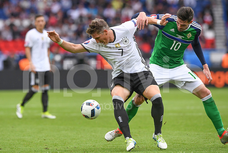 FUSSBALL EURO 2016 GRUPPE C IN PARIS Nordirland - Deutschland     21.06.2016 Bastian Schweinsteiger  (li, Deutschland) gegen Kyle Lafferty (re, Nordirland)
