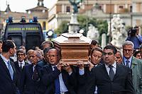 Roma 7  Maggio 2013.Il Funerale di Giulio Andreotti , la bara portata a spalla dalla sua abitazione fino alla chiesa di San Giovanni dei Fiorentini