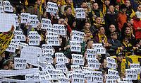 """Fussball, 2. Bundesliga, Saison 2011/12, SG Dynamo Dresden - FSV Frankfurt, Sonntag (05.12.11), gluecksgas Stadion, Dresden. Dresdens Fans halten Plakate mit der Aufschrift """"Scheiss DFB"""" hoch."""