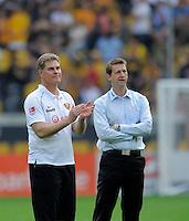 Fussball, 2. Bundesliga, Saison 2011/12, SG Dynamo Dresden - FC St.Pauli, Sonntag (29.04.12), gluecksgas Stadion, Dresden. Dresdens Trainer Ralf Loose (li.) und Sportdirektor Steffen Menze nach dem Spiel.