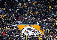 Fussball, 2. Bundesliga, Saison 2011/12, SG Dynamo Dresden - Eintracht Braunschweig, Samstag (07.04.12), gluecksgas Stadion, Dresden. Dresdens Fans im K Block drehen dem Feld den Ruecken zu.