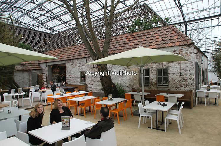 Foto: VidiPhoto..ELST - In het Gelderse Elst heeft woensdag een van de meeste bijzondere vestigingen van Itratuin in Nederland officieel zijn deuren geopend. Onderdeel van het 11.500 grote kassencomplex is namelijk een monumentale boerderij. Het pand is in z'n geheel onder een glazen 'stolp' gezet. In het voorhuis is een landwinkel ondergebracht, terwijl naast en in de voormalige stal het horecagedeelte is gevestigd. Bezoekers kunnen door de spanten van het dak, de glazen overkapping zien..