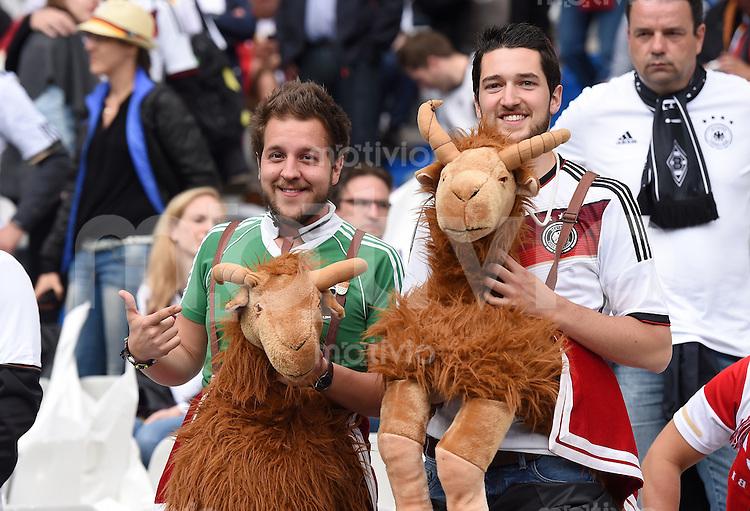 FUSSBALL EURO 2016 GRUPPE C in Paris Deutschland - Polen    16.06.2016 Deutsche Fans mit Pluesch Ziegen
