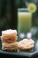 """Thailande/Bangkok: Kaotan na tan kung"""" Galettes de riz séchées qui servent de snack pour l'apéritif avec un jus de Goyave et citron vert à l'Hotel Marriott"""