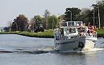 Foto: VidiPhoto<br /> <br /> TER AAR - Varen op het Aarkanaal vrijdag. Nu de zon uitbundig schijnt en de temperatuur oploopt, grijpen watersporters volop hun kans. Dankzij de meivakantie en het plotseling uitbundige weer, gaan veel boten en bootjes weer het water op, zoals hier op het Aarkanaal in het Zuid-Hollandse Ter Aar. Vrijdag was het op veel plaatsen de eerste zomerse dag van het jaar, hoewel het op het water voor sommigen toch nog wat fris was.