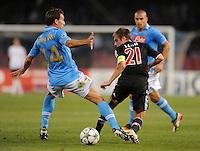 FUSSBALL   CHAMPIONS LEAGUE   SAISON 2011/2012     18.10.2011 SSC Neapel - FC Bayern Muenchen  Hugo  Campagnaro (li, SSC Neapel) gegen Philipp Lahm (FC Bayern Muenchen)
