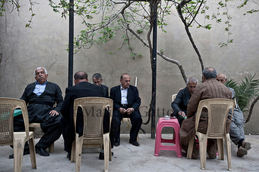 Iraq - Kurdistan - Sulaymaniyah -   Men playing games and chatting in the courtyard of a traditional cafe' in the old city