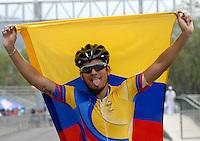 CALI - COLOMBIA - 04-08-2013: Pedro Causil de Colombia gana la medalla de oro en la prueba de los 500 metros mayores varones en patinaje de Velocidad en los IX Juegos Mundiales Cali, agosto 4 de 2013. (Foto: VizzorImage / Luis Ramirez / Staff). Pedro Causil from Colombia (L) wins the gold medal in the competition of 500 meters senior men in Speed Skating in the IX World Games Cali, August 4 2013. (Photo: VizzorImage / Luis Ramirez / Staff).