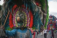 Quer&eacute;taro, Qro. 13 septiembre 2013. Cientos de concheros emprendieron el tradicional desfile de las danzas hacia la santa cruz. su recorrido fue desde Calzada de los arcos llegando a avenida Zaragoza pasando por las calles de Ju&aacute;rez, Corregidora e Independencia, hasta llegar a bailarle al atrio del templo como s&iacute;mbolo de su fe y devoci&oacute;n.<br /> <br /> Foto: Rosa Mar&iacute;a Salinas /Agencia Colectivo Obtura
