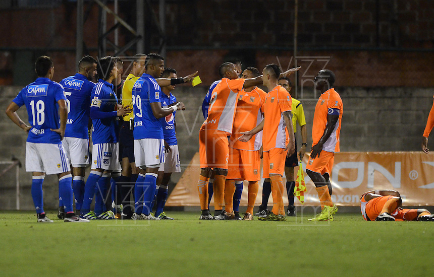 ENVIGADO -COLOMBIA-30-04-2016. Jugadores de Millonarios y Envigado FC discuten con Nolberto Ararat, arbitro, durante partido por la fecha 16 de la Liga Águila I 2016 realizado en el Polideportivo Sur de la ciudad de Envigado./ Players of Millonarios and Envigado FC discuss with Nolberto Ararat, referee, during the match for the date 16 of the Aguila League I 2016 played at Polideportivo Sur in Envigado city.  Photo: VizzorImage/ León Monsalve /STR