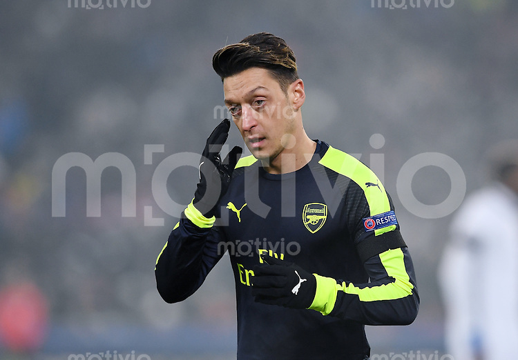 FUSSBALL CHAMPIONS LEAGUE SAISON 2016/2017 GRUPPENPHASE FC Basel - Arsenal London            06.12.2016 Mesut Oezil (Arsenal) nachdenklich