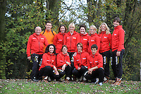 SCHAATSEN: HEERENVEEN: IJsstadion Thialf, 30-10-2012, Perspresentatie Team LiGA, staand: Floor van Leeuwen (assistent-trainer), Jorden Bres (krachttrainer), Janneke Ensing, Marianne Timmer (trainer/coach), Desly Hill (assistent-trainer), Thijsje Oenema, Yvonne Nauta, Sjoerd Hermans (fysio), zittend: Mayon Kuipers, Janine Smit, Margot Boer, Daniel Greig, ©foto Martin de Jong