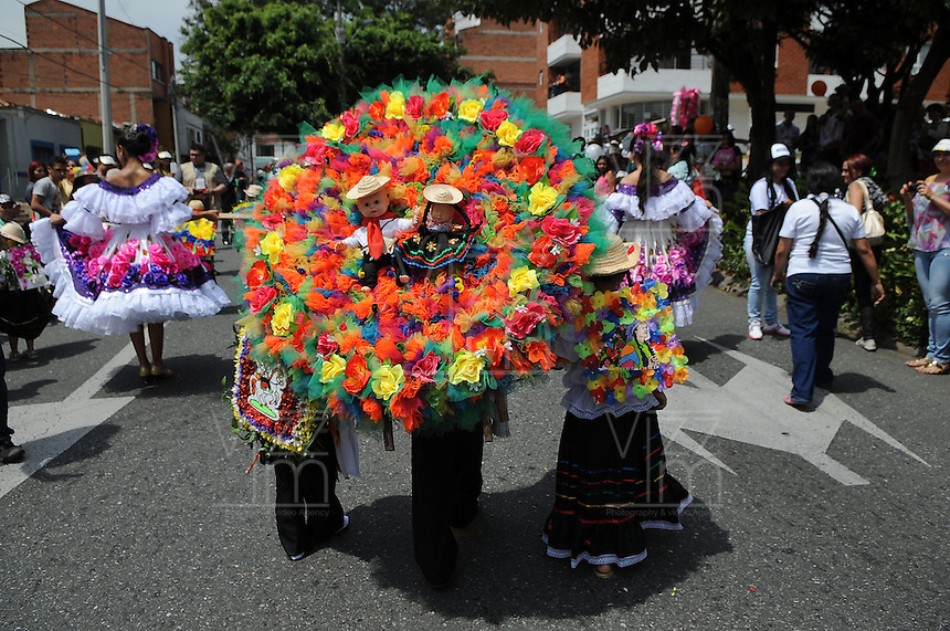 MEDELLÍN - COLOMBIA, 02-08-2014. El tradicional desfile de silleteritos se realizó hoy, 02 agosto de 2014, por las calles de Medellín  como un evento más de la versión 57 de la Feria de las Flores 2014 que se realiza en la capital de Antioquia./ The tradictional Silleteritos parade was made today, 02 July 2014, by the streets of Medellin as one event more of the 57th version of Flower Fair 2014 that takes place in the Antioquia's capital. Photo: VizzorImage / Luis Rios/ Str