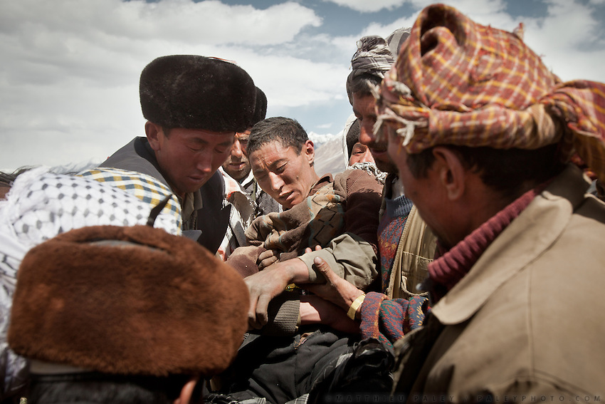 During a Buzkachi game, a player broke his leg. With the nearest hospital in Faizabad being 2 weeks away, this Kyrgyz man will have no other choice but wait for his injury to heal...Wedding celebration at Kitshiq Aq Jyrga...Trekking through the high altitude plateau of the Little Pamir mountains (average 4200 meters) , where the Afghan Kyrgyz community live all year, on the borders of China, Tajikistan and Pakistan.