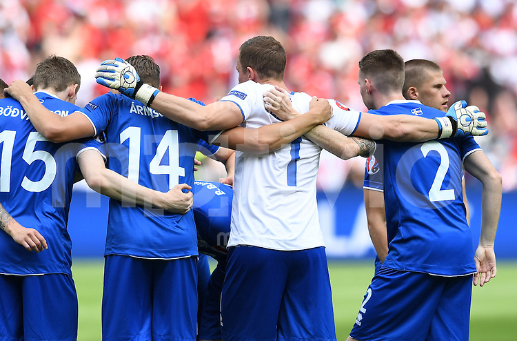 FUSSBALL EURO 2016 GRUPPE C IN PARIS Island - Oesterreich             22.06.2016 Spielerkreis Island mit Torwart Torwart Hannes Halldorsson