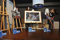 VOETBAL: HEERENVEEN: 12-01-2016, ABE LENSTRA STADION: Amstel Lounge, Nieuwsjaarsreceptie SC Heerenveen, &copy;foto Martin de Jong<br /> <br /> Onthulling &lsquo;Onbekende sterren op het doek&rsquo; <br /> werden de winnaars bekend gemaakt van de gemaakte portretten van drie vrijwilligers van sc Heerenveen. <br /> Dit ter ere van het tienjarig jubileum van de Klassieke Academie voor Beeldende Kunst Groningen zijn tal van lustrumprojecten georganiseerd met verschillende thema&rsquo;s. Sport en Kunst is hier &eacute;&eacute;n van.<br />  <br /> Voetbalmoeder Nazan Sahakyan, materiaalman Hans Moesman en koffiejuffrouw Jopie Roepel werden door vier schilders op geheel eigen wijze op het doek vereeuwigd. Deze onbekende, maar belangrijke, sterren van sc Heerenveen maken het voetbal mogelijk vanuit hun betrokkenheid en passie voor de club. Hoog tijd om deze belangrijke krachten uit de anonimiteit te halen en tot het sterrendom te verheffen.<br />  <br /> Een deskundige jury bestaande uit Eric Bos en Jantien de Boer van de Klassieke Academie, Foppe de Haan en Hans Vonk van sc Heerenveen en uiteraard de geportretteerden zelf, wijst in totaal drie winnende doeken aan. Het winnende doek krijgt een mooie plaats in het Abe Lenstra stadion