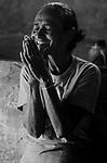 Descrição: Comunidade de Santa Helena, na região do baixo Jequitinhonha, Norte de Minas Gerais. Nessa região é possível encontrar três tipos de biomas: caatinga, cerrado e mata atlântica. A ASA Brasil, Articulação no Semiárido Brasileiro, tem implementado em diversas comunidades no Norte de Minas o Programa Uma Terra e Duas Águas (P1+2) e o Programa Um Milhão de Cisternas (P1MC) que tem como objetivo viabilizar a captação e armazenamento de água de chuva nessas comunidades para consumo humano, criação de animais e produção de alimentos. Mutirão para construção de viveiro de mudas na comunidade.