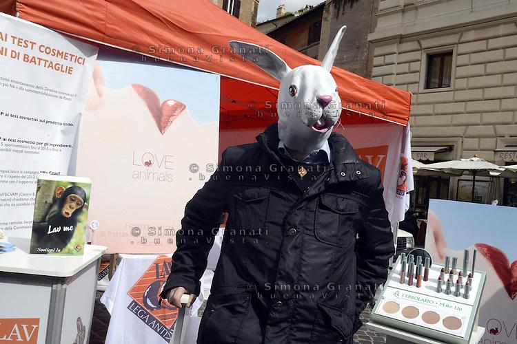 Roma, 11 Marzo 2013.Piazza della Rotonda, Pantheon..La LAV- Lega Anti Vivisezione festeggia l'entrata in vigore della Direttiva 2003/15 che impone il divieto di sperimentare su animali, o importare, anche gli ingredienti oltre ai prodotti cosmetici..Seduta omaggio di trucco offerta da l'Erbolario e LAV