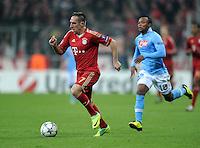 FUSSBALL   CHAMPIONS LEAGUE   SAISON 2011/2012     02.11.2011 FC Bayern Muenchen - SSC Neapel Franck Ribery (li, FC Bayern Muenchen) gegen Juan Zuniga (SSC Neapel)