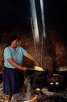 Amérique/Amérique du Sud/Pérou/Env d'Urubamba : L'Acienda a Yaraulca - Cuisson du maïs pour la chicha