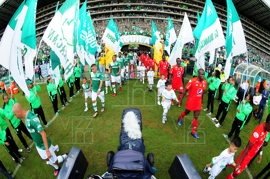 CALI - COLOMBIA -19-03-2017: Los jugadores de Deportivo Cali y America, durante partido de la fecha 10 entre Deportivo Cali y America de Cali, por la Liga Aguila I-2017, jugado en el estadio Deportivo Cali (Palmaseca)  de la ciudad de Cali. / The players of Deportivo Cali and America during a match of the date 10 between Deportivo Cali and America de Cali,  for the Liga Aguila I-2017 at the Deportivo Cali (Palmaseca) stadium in Cali city. Photo: VizzorImage  / Nelson Rios / Cont.