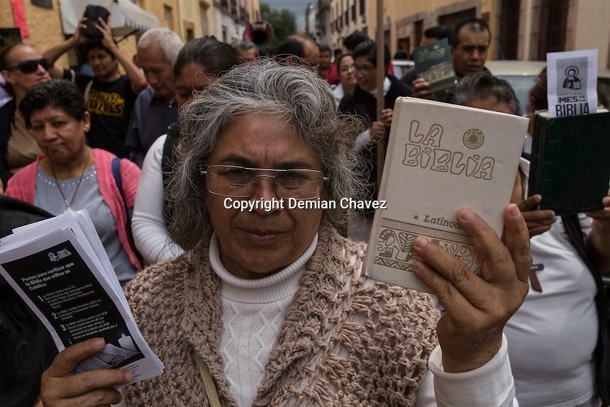 Quer&eacute;taro, Qro. 4 de Septiembre de 2016.- Un nutrido grupo de cat&oacute;licos de la Comisi&oacute;n Diocesana de Pastoral Prof&eacute;tica, desfilaron por las calles de la capital del estado promoviendo la lectura de la Biblia cat&oacute;lica, en un evento que llamaron Mes de la Biblia-Mes Patrio.<br /> <br /> Foto: Demian Ch&aacute;vez: