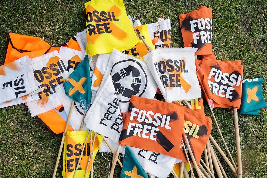 Nederland, Amsterdam, 14 feb 2015<br /> Milieuorganisatie Fossil Free heeft een fietstocht georganiseerd in het kader van Global Divestment Day, een oproep om terug te trekken uit fossiele brandstoffen.<br /> De fietstocht ging van de Stopera naar het Museumplein<br /> <br /> Foto: (c) Michiel Wijnbergh