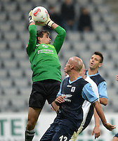Fussball 2. Bundesliga:  Saison   2012/2013,    10. Spieltag  TSV 1860 Muenchen - FC Erzgebirge Aue  22.10.2012 Torwart Martin Maennel (li, FC Erzgebirge Aue) gegen Necat Ayguen (1860 Muenchen)