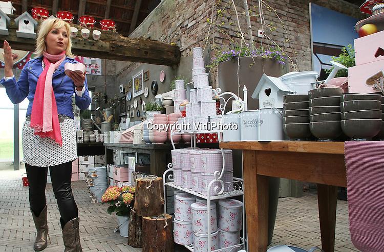 """Foto: VidiPhoto..ELST - Presentatrice Yvon Jaspers van Boer zoekt Vrouw heeft donderdag haar productlijn """"Natuurlijk Yvon"""" gelanceerd. Dat gebeurde bij de nieuwste vestiging van Intratuin, in het Gelderse Elst. De productlijn, die bestaat uit servies en decoratiemateriaal, is samen met Intratuin ontwikkeld. Het publiek kon donderdag een door Yvon gesigneerd nieuw koffiekopje krijgen in ruil voor een oud exemplaar.."""