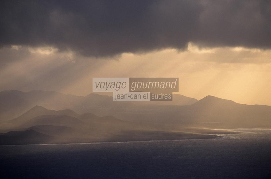Europe/Espagne/Iles Canaries/Lanzarote : Vue sur les volcans du Parc National du Timanfaya depuis le mirador del Rio