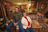 David Hackenberg, 59 years old, Linda his wife and their son Dave Hackenberg, in their home in Dade City, Florida. His business is also based in New Jersey. Professional beekeeper, he owns 2500 hives. He has been practicing pollination in California for 12 years. Dave has become, despite himself, the spokesman for professional American beekeepers after having suffered in 2004 the first important loss of hives due to Colony Collapse Disorder.
