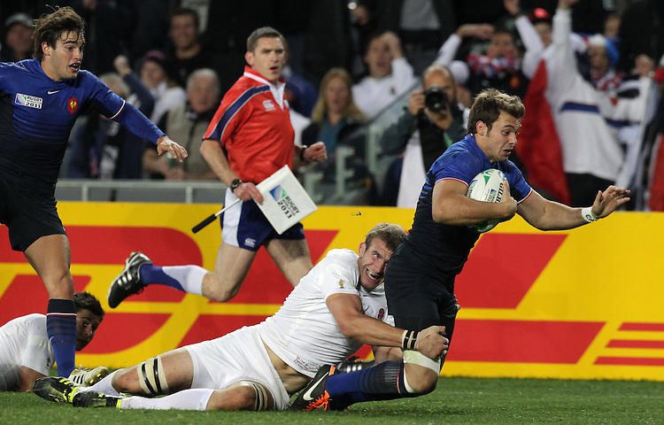 France's Vincent Clerc beats England's Tom Croft to score a try during quarter-final 2 match of the Rugby World Cup 2011, Eden Park, Auckland, New Zealand, Saturday, October 08, 2011.  Credit:SNPA / David Rowland