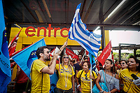 Roma 11 luglio 2015<br /> Sciopero nazionale dei dipendenti  IKEA, di tutti i 21 negozi in Italia, &egrave; il  primo sciopero nazionale  organizzato dai lavoratori della multinazionale svedese dell&rsquo;arredamento. I manifestanti lamentano tagli in busta paga e tagli sulla retribuzione nei giorni festivi. I lavoratori Ikea Anagnina.Un manifestante con la bandiera della Grecia<br /> Rome 11 July 2015<br /> National strike of the employees 'IKEA, of  all 21 stores in Italy, is the first national strike organized by the workers of the multinational Swedish furniture. Protesters complain about cuts in payroll and wage cuts on public holidays. Workers Ikea Anagnina. A protester with the flag of Greece