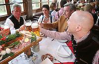 FUSSBALL 1. BUNDESLIGA   SAISON 2012/2013 Die Mannschaft des FC Bayern Muenchen besucht das Oktoberfest am 07.10.2012 Trainer Jupp Heynckes, Karl Hopfner und Sportvorstand Matthias Sammer (v. li.) prosten sich zu